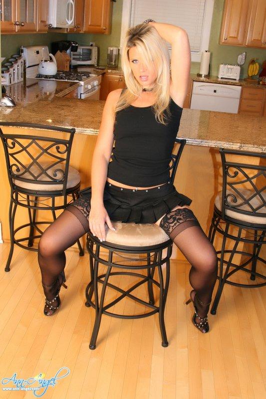Развратная блондинка в черных чулках показала попу