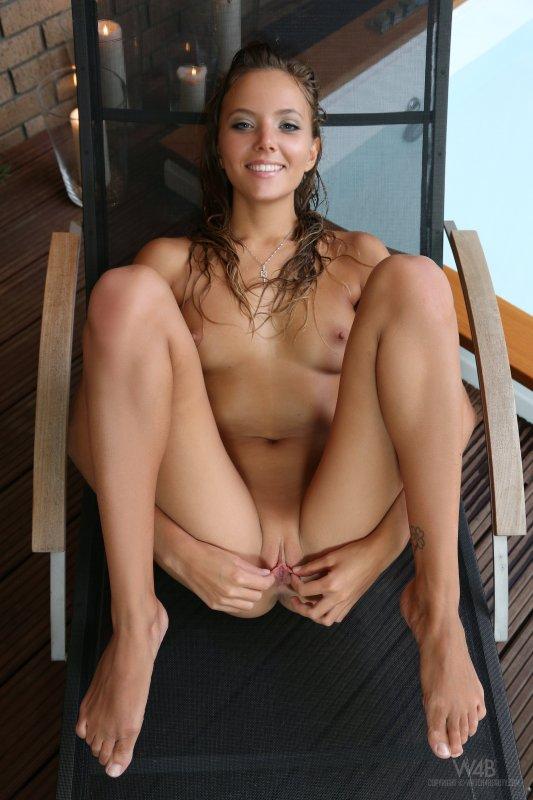 Мокрая после купания молодая девушка показала киску