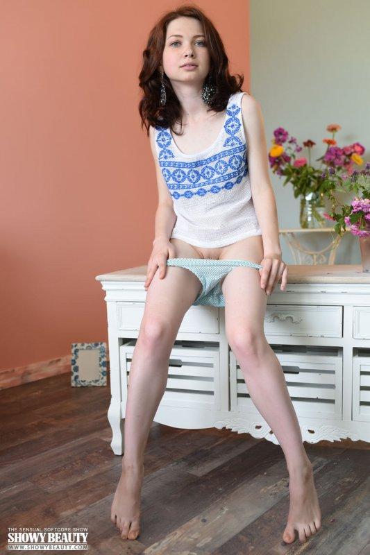 Голая миниатюрная девушка с нулевым размером груди
