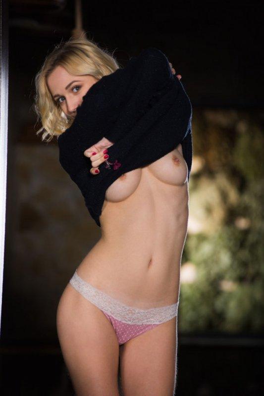 Блондинка показала аппетитную сексуальную попку