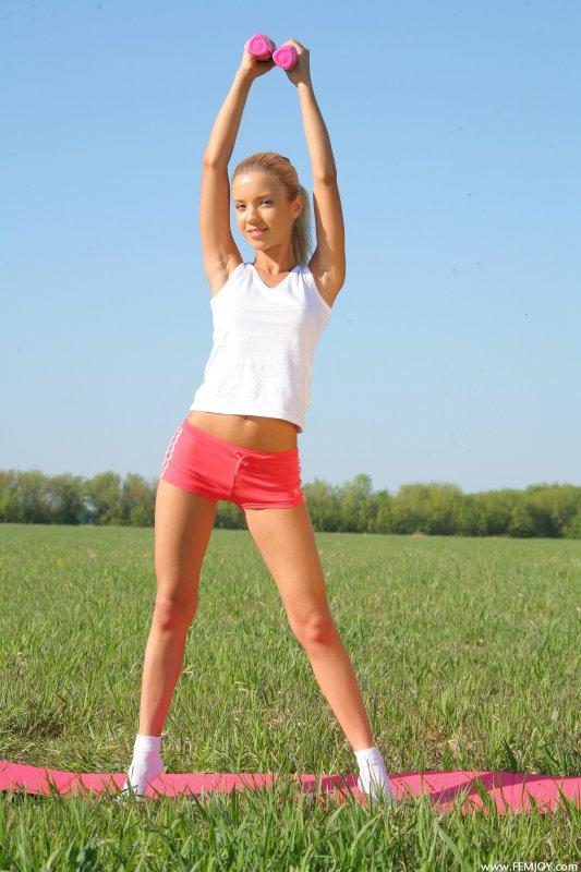 Голая русская фитоняшка на фото занимается фитнесом
