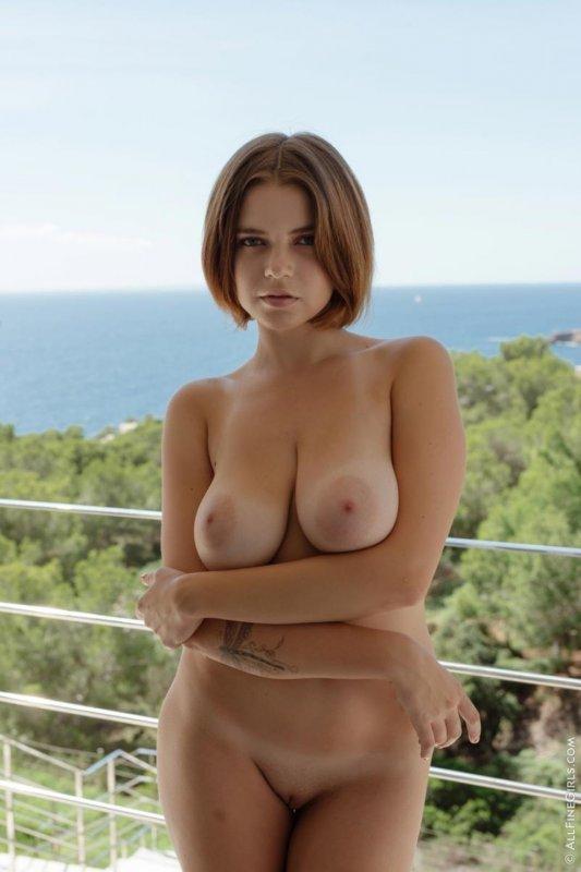 Голая рыжая бестия обнажила большую русскую грудь
