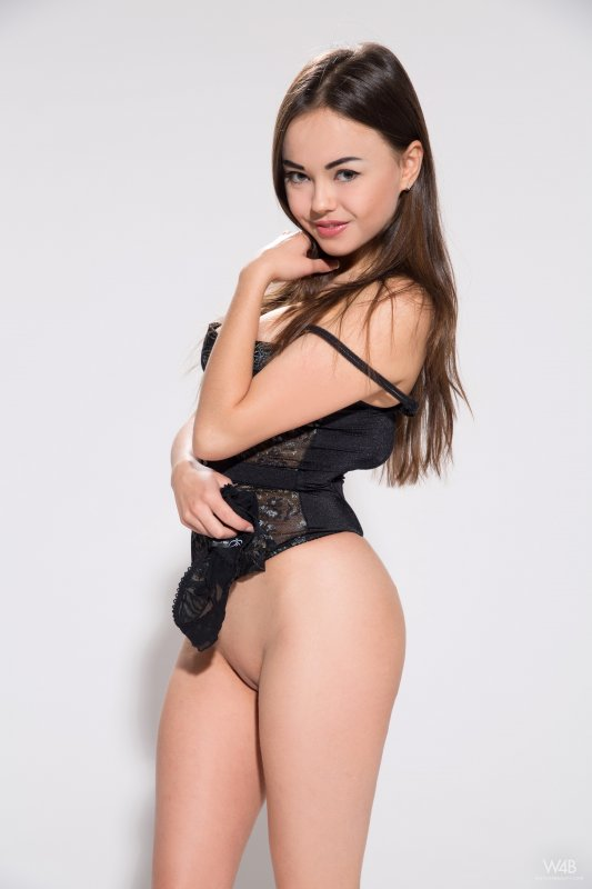 Горячая русская миниатюрная девушка с гладкой киской