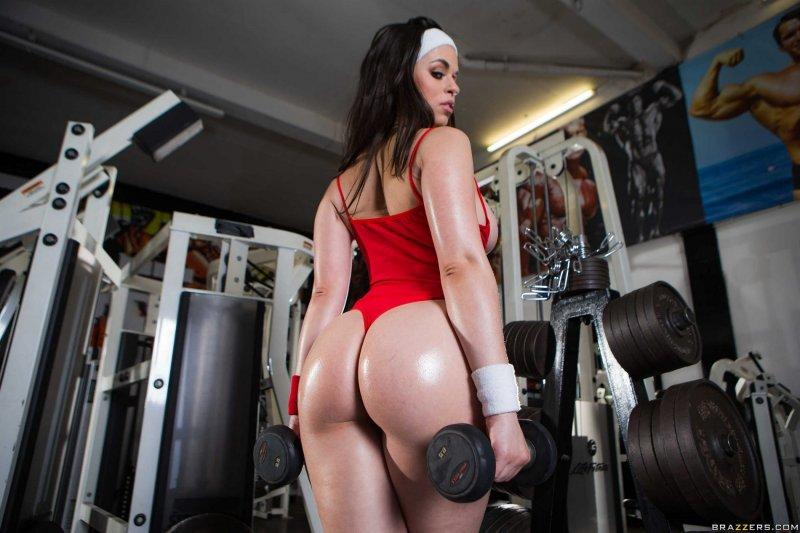 Стройная жгучая спортивная девушка с накачанной попой