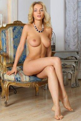 Белокурая русская красотка с упругой голой грудью