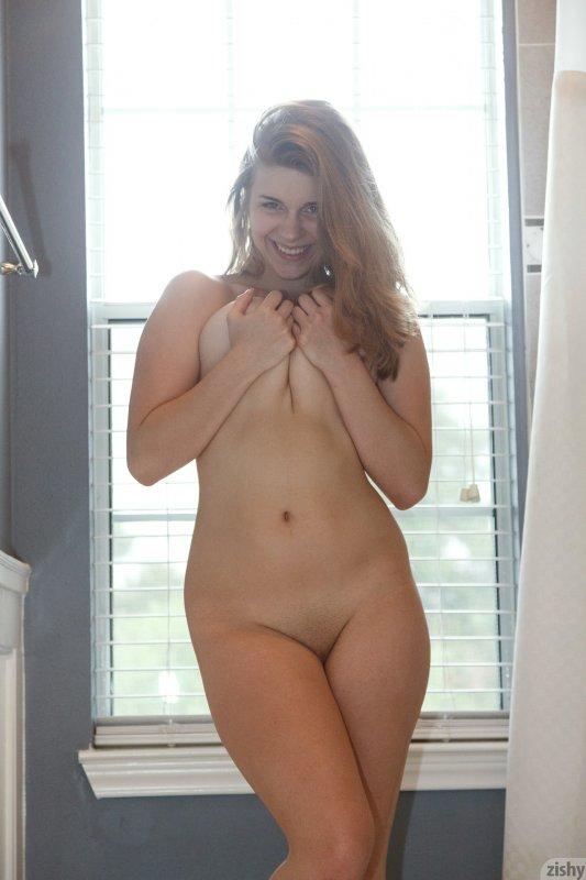 Красивая озорная женщина толстушка с большой попой