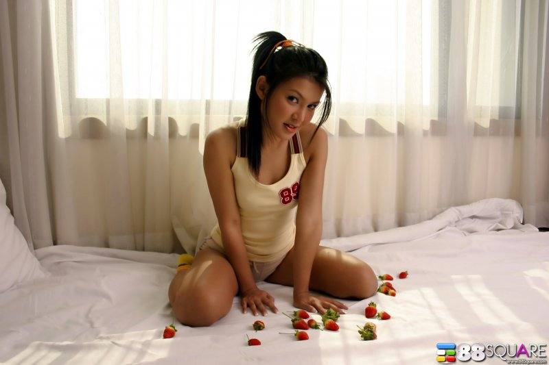 Молодая грудастая японка полностью голая на кровати