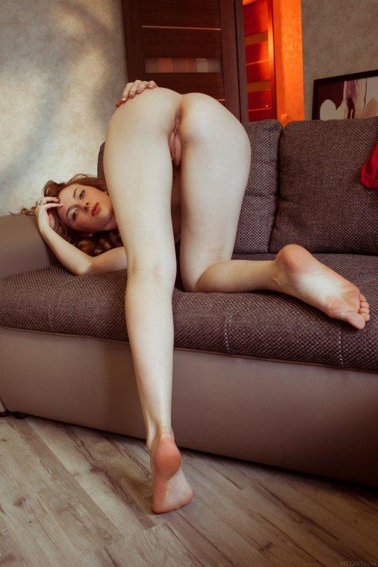 Милая девушка страстно показывает голую бритую киску