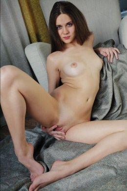 Игривая девушка брюнетка с небольшой грудью в очках