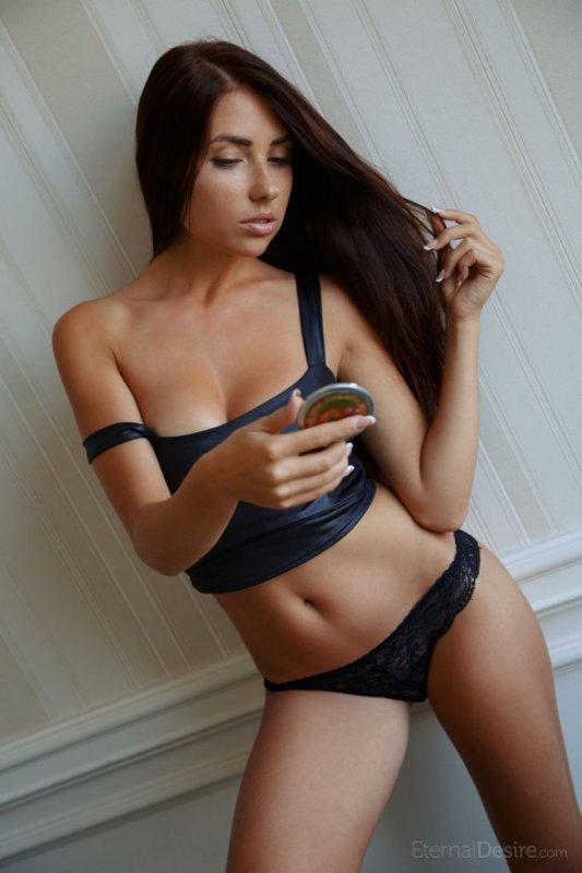 Русская девушка с большой грудью сексуально обнажилась
