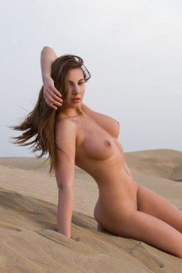 Стройная горячая женщина с большими сочными сиськами