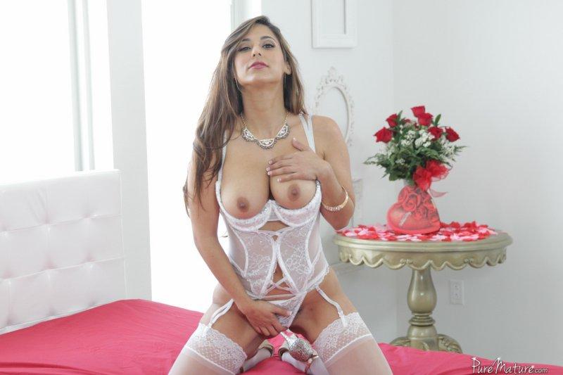 Красивая зрелая женщина в сексуальных белых чулках