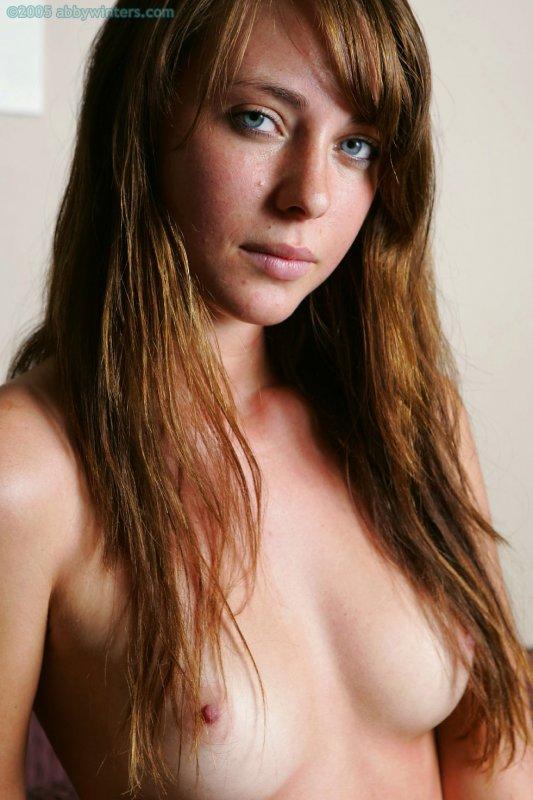 Голая упругая грудь молодой стройной девушки