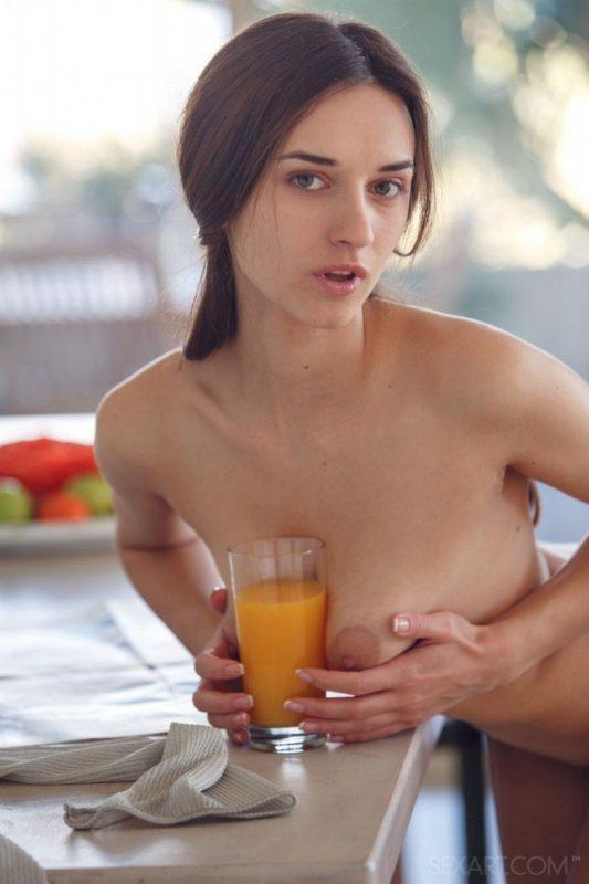 Молодая девушка обнажила красивую сексуальную грудь