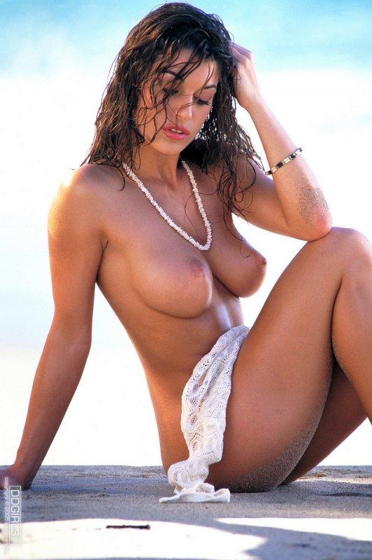 Роскошная голая женщина с сексуальной упругой грудью