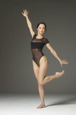 Красивая молодая девушка гимнастка показала растяжку