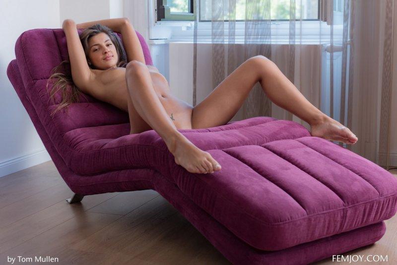 Русская молодая девушка сексуально показывает прелести