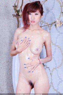 Обнаженная стройная японка с шикарным упругим бюстом