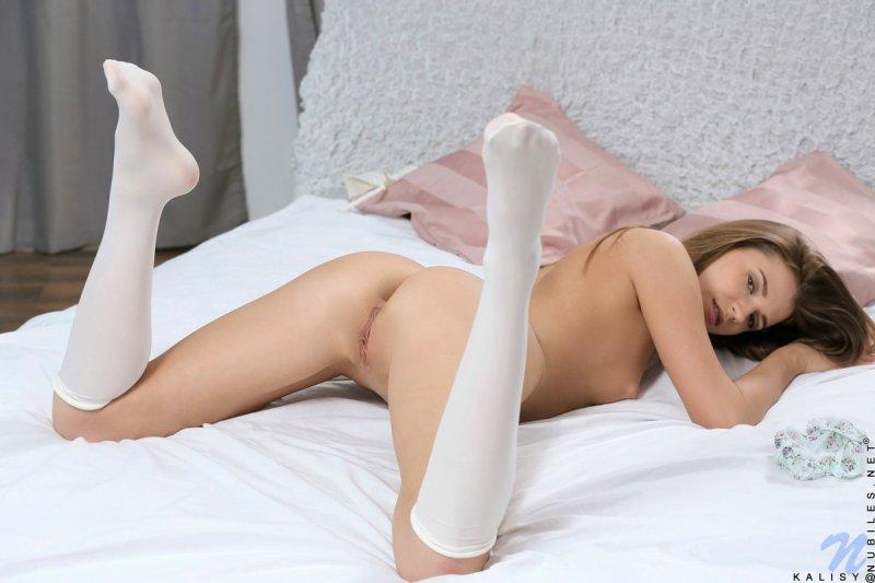 Молодая модель снимает трусики и светит гладкой кисой