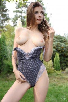 Игривая голая девушка в гамаке раздвинула киску