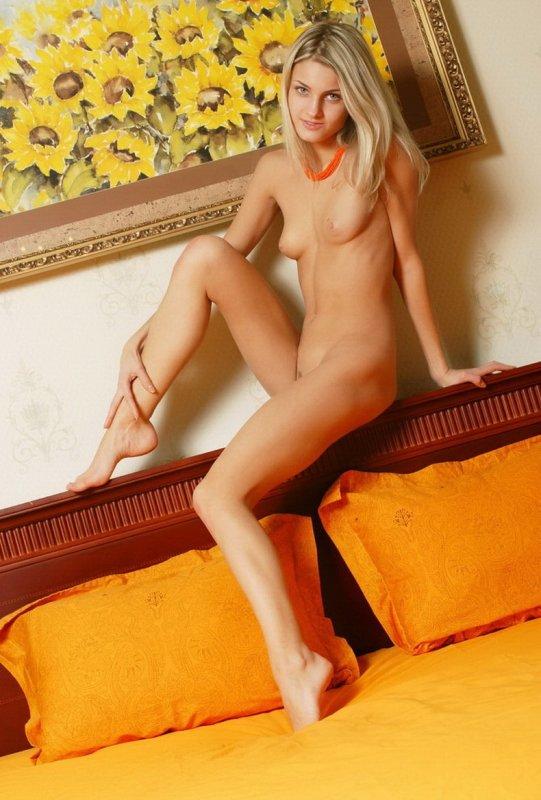 Стройная высокая блондинка обнажила маленькую грудь