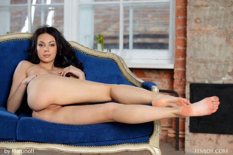 Сексапильная девушка с модельной фигурой разделась