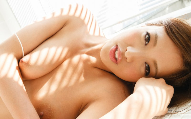 Зрелая обнаженная азиатка с большой натуральной грудью