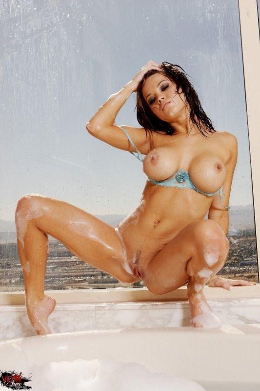 Зрелая брюнетка с большой сексуальной силиконовой грудью