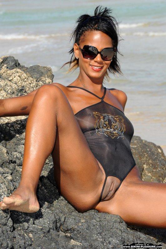 Стройная негритянка сексуально обнажилась на пляже