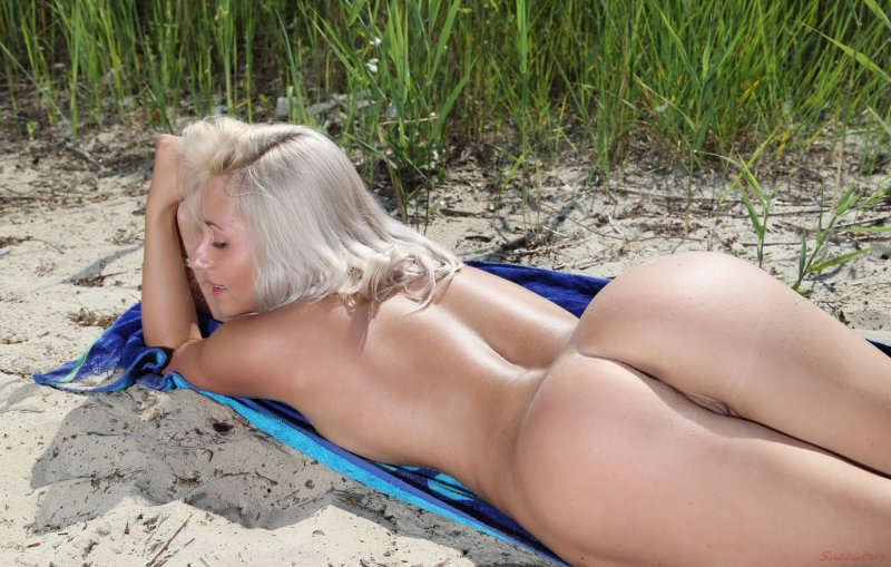 Голая молодая украинка с сочной попкой на пляже