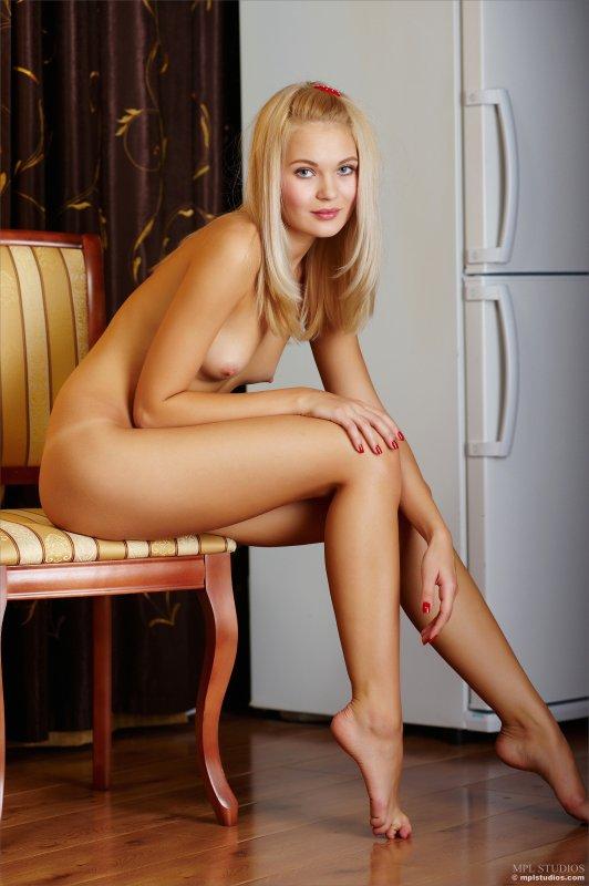 Забавная миниатюрная голая девушка с маленькой грудью