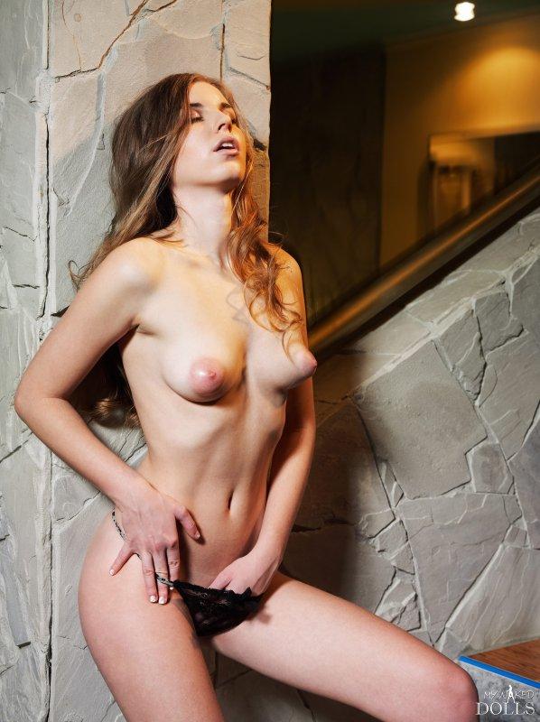 Девушка с маленькой грудью и большими ореолами сосков