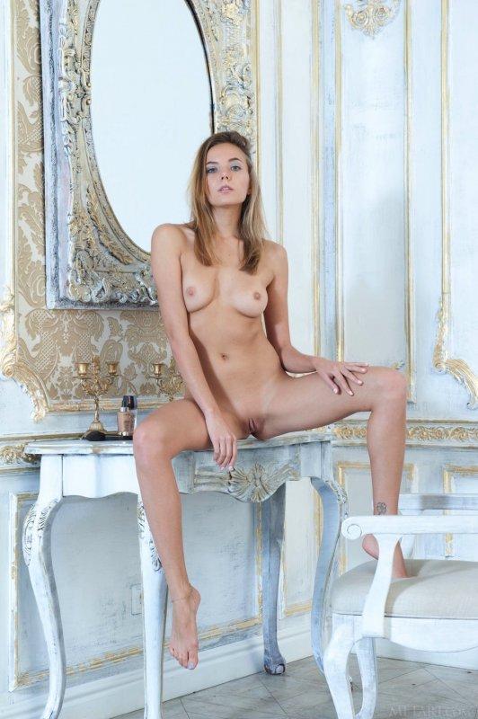 Сексапильная русская худая блондинка с розовой киской