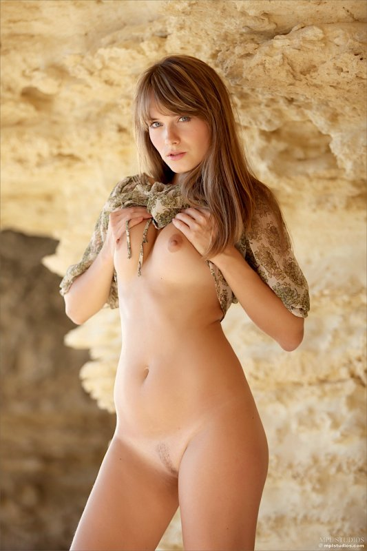 Девушка показывает упругую молодую попку крупным планом