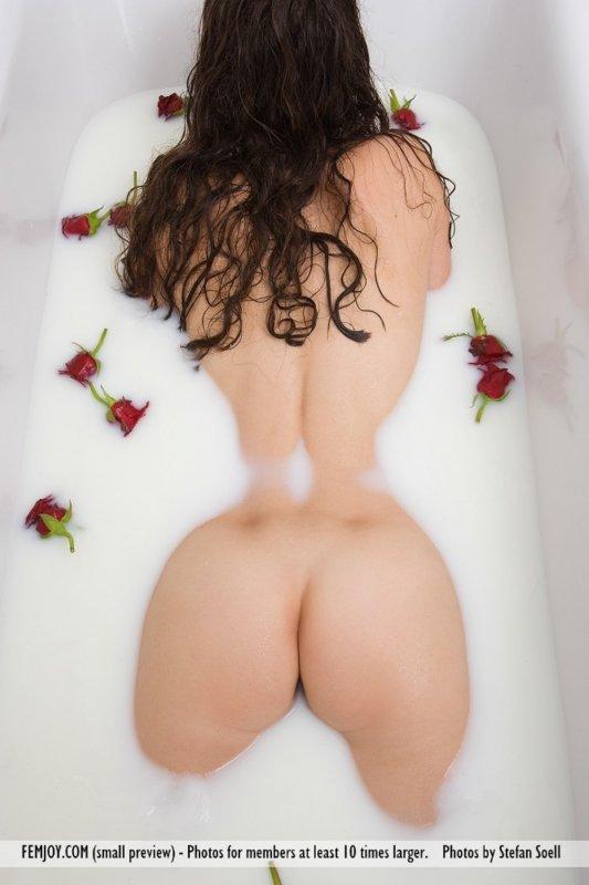 Брюнетка натуральной упругой грудью купается в молоке