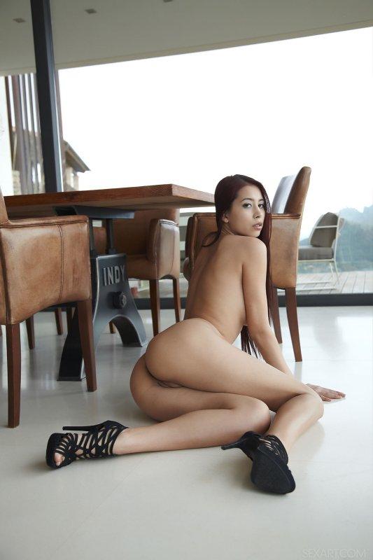 Аппетитная голая попа стройной молодой азиатки