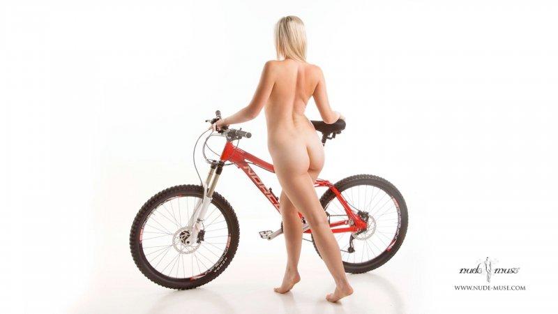 Подборка сексуальных голых девушек на велосипедах