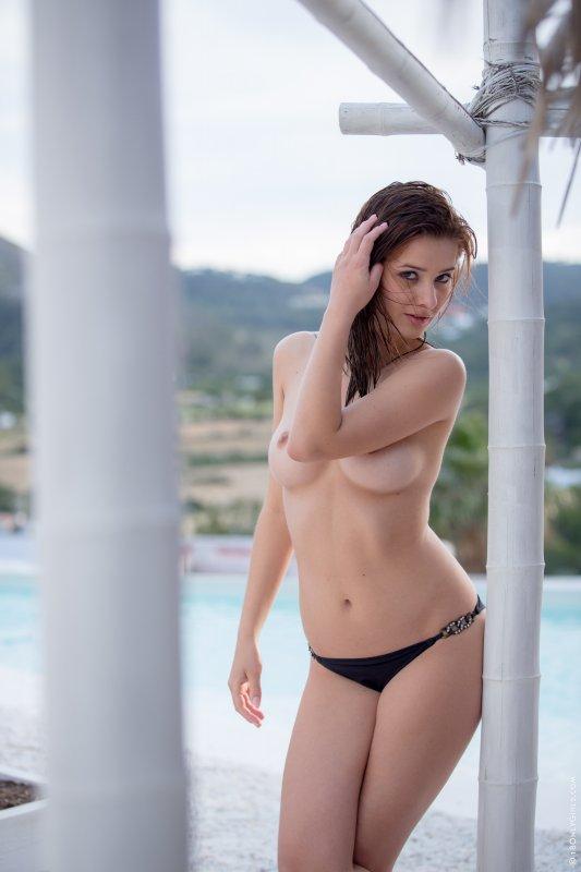 Молоденькая фигуристая брюнетка эротично сняла купальник