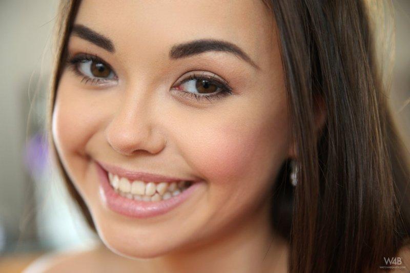 Русская миниатюрная девушка оголилась и мило улыбается