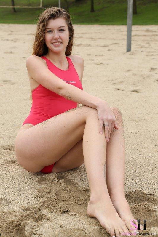 Рыжая спортивная девушка в купальном костюме на пляже