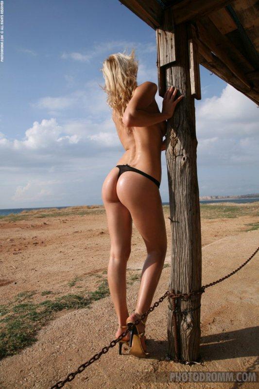 Белокурая женщина с большими ягодицами и титьками