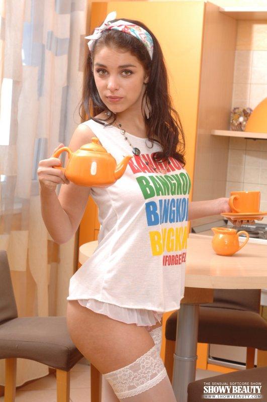 Русская девушка с натуральной грудью на кухне в чулках