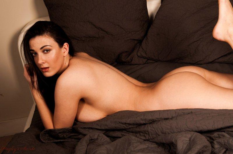 Полная женщина с большой грудью разделась в кровати