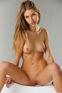 Высокая стройная блондинка с маленькими сиськами