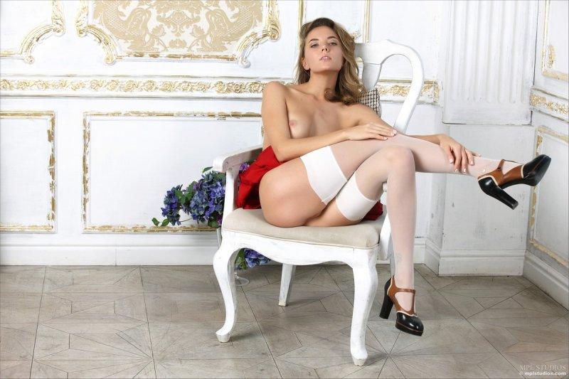 Горячая красивая русская девушка в чулках ласкает киску