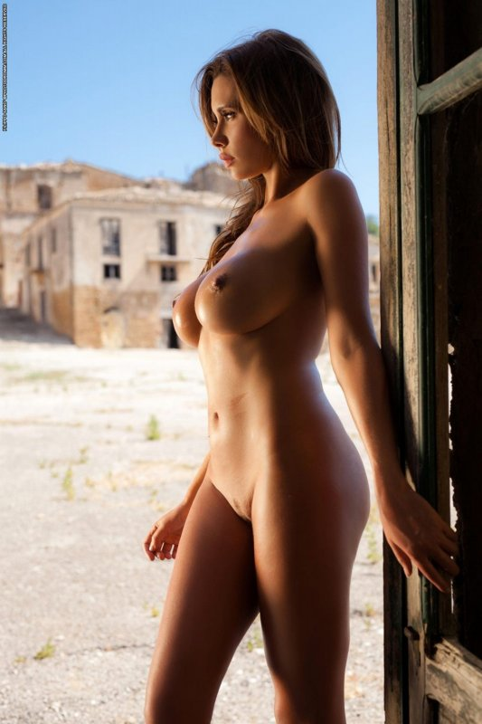 Голая стройная девушка большой силиконовой грудью