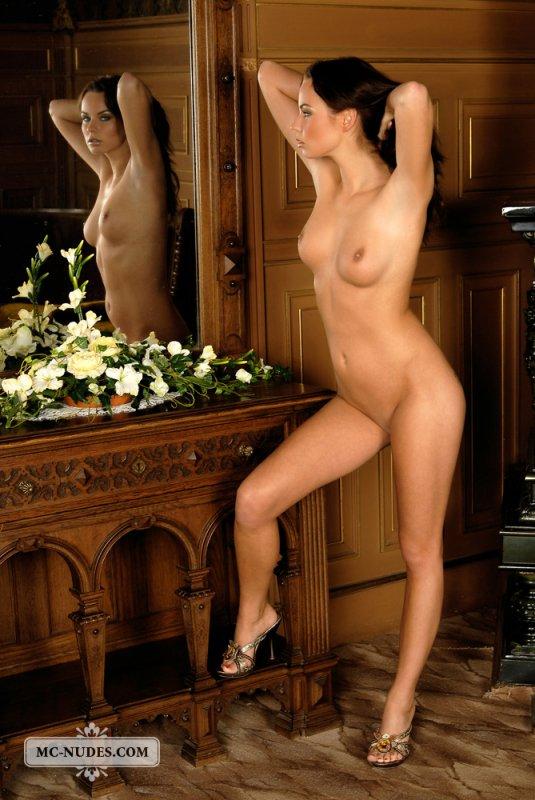 Зрелая женщина с красивой фигурой позирует раздетой