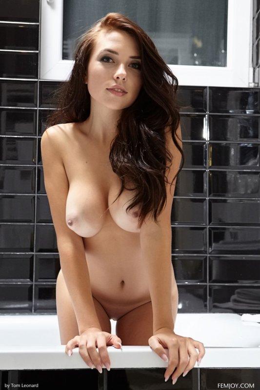 Голая красивая девушка с упругим бюстом в ванне