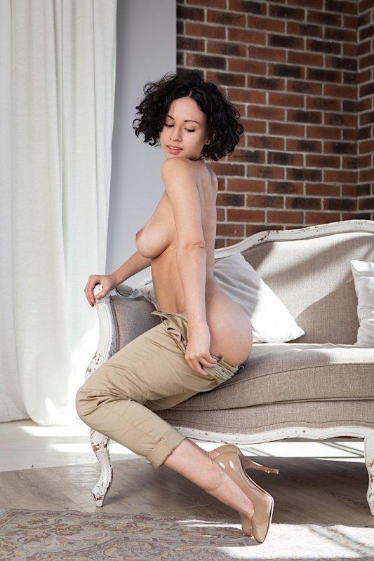 Русская обнаженная девушка с роскошной упругой грудью