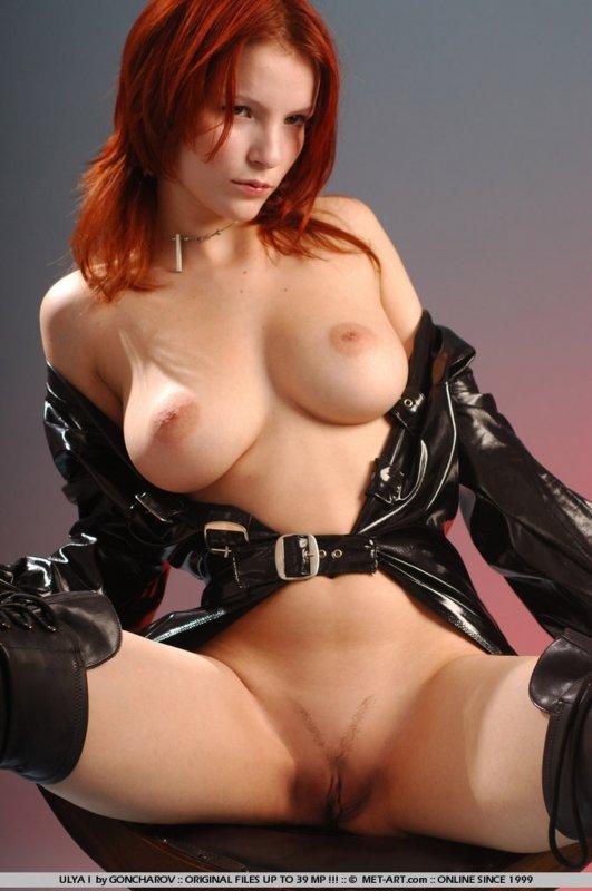 Голая рыжеволосая девушка в высоких кожаных сапогах